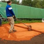 Sportplatzbau - Sanierung Tennisplatz - Einschichtiger Einbau Ziegelmehl Deckschicht