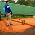 Sanierung Grundüberholung Tennisplatz - einschichtiger Einbau der 20 mm Ziegelmehldeckschicht