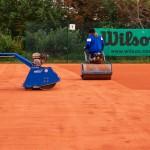 Sanierung Grundüberholung Tennisplatz - Walzen und Verdichtung Ziegelmehldeckschicht