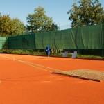 Sanierung-Grundüberholung-Tennisplatz_-Egalisierung-und-Abziehen-der-Spielschicht-aus-Ziegelmehl-im-Frühjahr