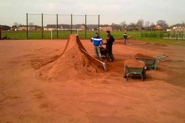 Sportplatzbau - Sanierung Fussballplatz - Auftrag wassergebundener Sportplatzbelag