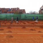 Frühjahrsüberholung Tennisplatz - Abziehen der verschlissenen Ziegelmehlschicht