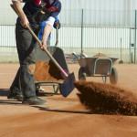Frühjahrsüberholung Tennisplatz - Aufwerfen und Verteilen des Ziegelmehls