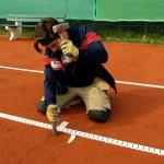 Tennislinierung Ausbesserung - Einschlagen Bodenanker