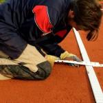 Tennislinierung Neuverlegung - Spannen und Einsetzen von Spannlinien mit verstärkten Enden