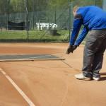 Tennisplatz Frühjahrsüberholung - Verteilen des Ziegelmehls mit Schleppnetz