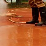 Einschlämmen der Ziegelmehl-Deckschicht Tennisplatz Frühjahrsaufbereitung